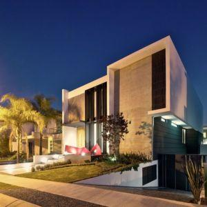façade entrée de nuit - V-House par Agraz Arquitectos - Puerta Plata, Mexique