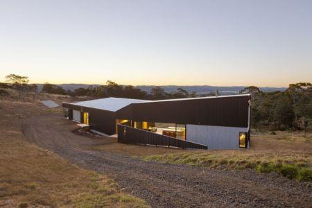 façade entrée de nuit - Valley House par Philip M Dingemanse - Launceston, Australie