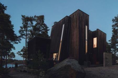 façade entrée de nuit - maison bois contemporaine par Gabriel Minguez - Ingarö, Suède