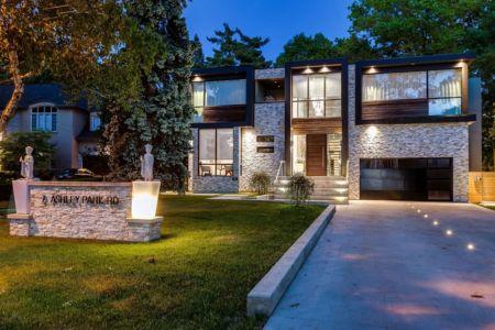 façade entrée et garage - Ashley Park House par Barroso Homes - Toronto, Canada