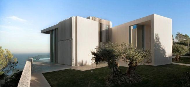 façade entrée et olivier - Sardinera House par Ramon Esteve Estudio - Valencian Community, Espagne