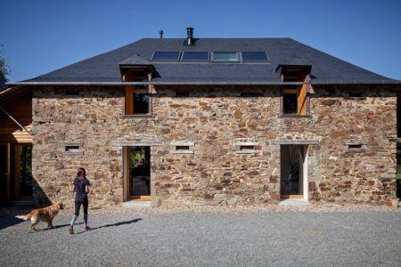 façade entrée et panneaux solaires sur toit - ladaa par JKA Jérémie Koempgen Architecture - Craon, France