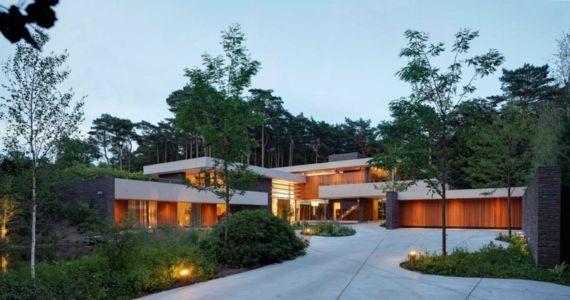 façade entrée garage de nuit - The Dune Villa par HILBERINKBOSCH Architects - Utrecht, Pays-Bas