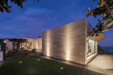 façade terrasse de nuit - maison exclusive par Dosarquitectes - Girona, Espagne