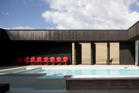 façade terrasse & piscine - Modern farmhouse par Pattersons - Muriwai, Nouvelle-Zélande