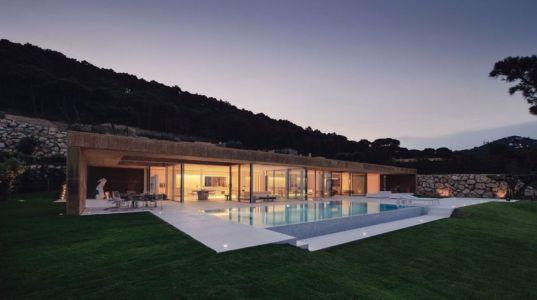 façade extérieure de nuit - maison réhabilitée par MANO Arquitectura - Begur Espagne