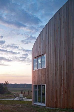 façade bois arrondie - standard-house par Robert Konieczy KWK Promes - Gmina Pszczyna, Pologne