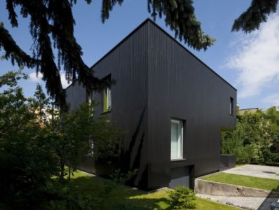 façade garage - Black Cube House par KameleonLab - Pologne