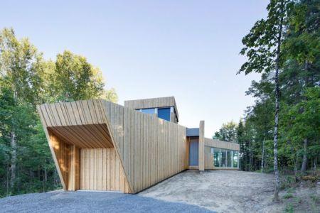 façade garage - Maison du Lac Grenier par Paul Bernier Architecte - Estérel, Canada