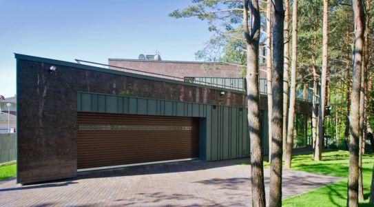 façade garage - Modern Family House par 4PLIUS Architects - Vilnius, Lituanie
