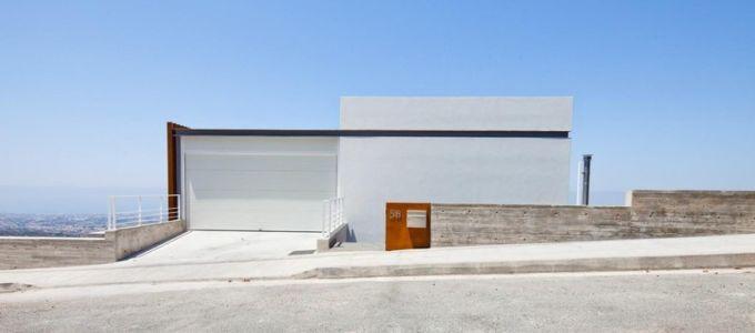 façade garage - Prodromos and Desi Residence par VARDAstudio - Paphos, Chypre