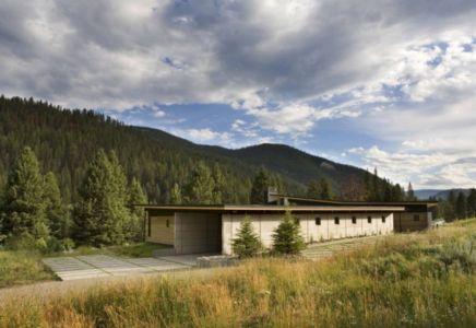 façade garage - River Bank house par Balance Associates Architects - Big Sky, Montana, Usa