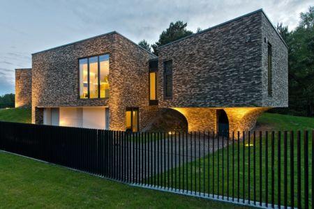 façade garage de nuit - Family House par UAB Architektu biuras - Palanga, Lituanie