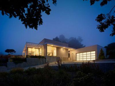 façade garage de nuit - In-Out par Wnuk Spurlock Architecture - Stinson Beach, Californie, USA