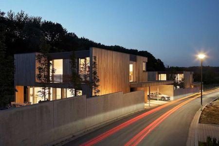 façade garage de nuit - Maisons bois contemporaines par Zamel Krug Architekten - Hagen, Allemagne