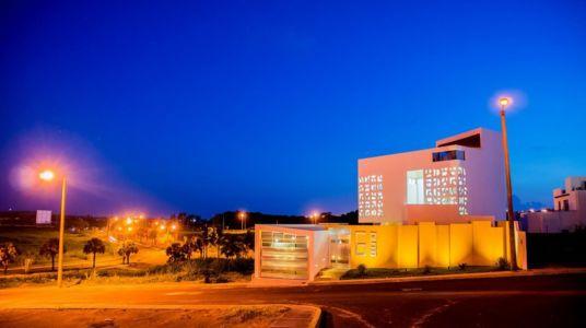 façade garage de nuit - Nest house par Gerardo Ars Arquitectura - Alvarado, Mexique