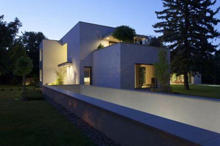 façade garage de nuit - Reviving Mies par Architéma - Buda Hills, Hongrie
