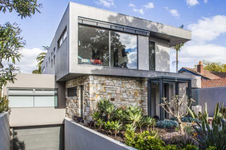 façade garage et entrée - Hampton Residence par Finnis Architects - Melbourne, Australie