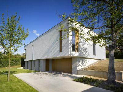 façade garage - maison contemporaine par  Jarousek Rochová Architekti - Republique Tchèque - photo Filip Slapal