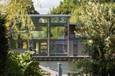 façade grande baie vitrée - houseboat par MAA Architects - Tamise, Angleterre