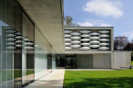 façade grande baie vitrée - maison-bord-lac par Pierre Minassian - Haute-Savoie, France