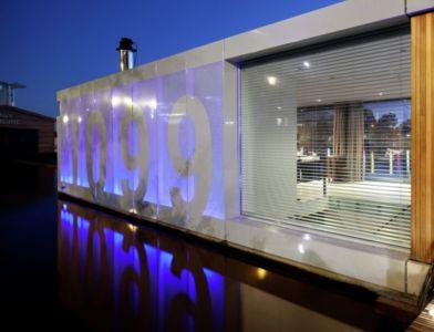 façade illuminée bord du fleuve - Watervilla par +31ARCHITECTS - Amsterdam, Pays-Bas