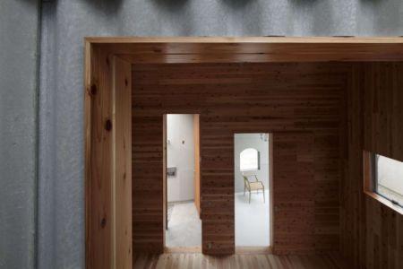façade intérieure bois et tôle - maison bois contemporaine par Masahiro Miyake - Tokushima, Japon