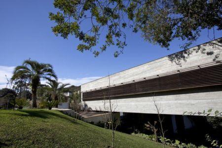 façade jardin - LM Residence par Marcos Bertoldi Arquitetos - Campo Comprido, Brésil