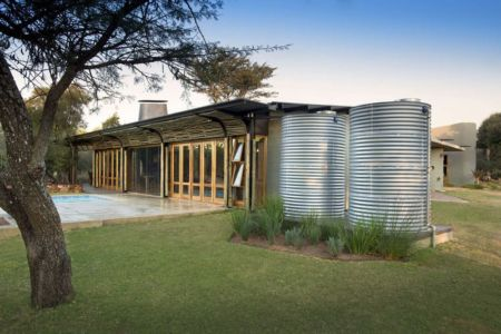 façade jardin & citerne traitement eau - House-Mouton par Earthworld Architects and Interiors - Pretoria, Afrique du Sud