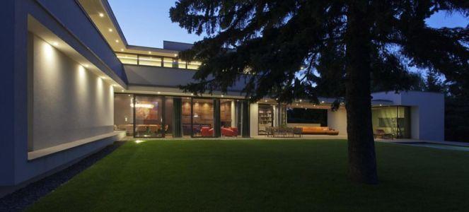 façade jardin de nuit - Reviving Mies par Architéma - Buda Hills, Hongrie