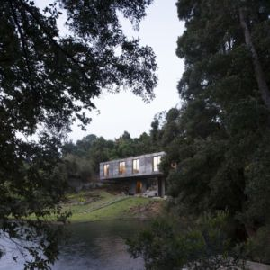 façade jardin et lac - Guna house par Pezo von Ellrichshausen - Llacolén, Chili