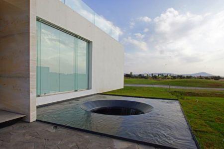 façade jardin & grand bassin de recuil d'eau - Campanario-2 par Axel Duhart Arquitectos - Santiago-Querétaro, Mexique