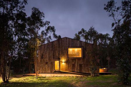 façade jardin illuminée - Cabana-Tunquen par DX Arquitectos - Valparaiso, Chili