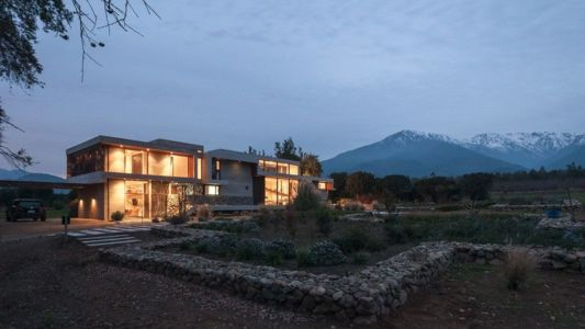 façade jardin nuit - Corredor House par Chauriye Stäger Architects - Santiago, Chili