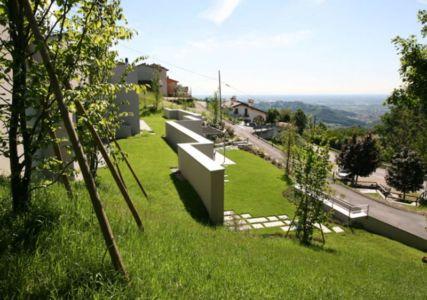 façade jardin & vue panoramique paysage - semi-ipogea-house par Dario Scanavacca - Marostica, Italie
