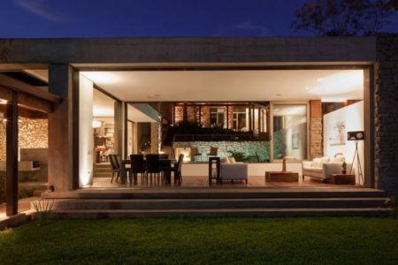 façade jardin & vue salon  illuminée - Garden-House par Cincopatasalgato - El Salvador