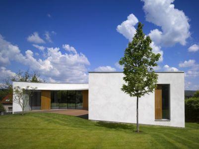 façade - maison contemporaine par  Jarousek Rochová Architekti - Republique Tchèque - photo Filip Slapal