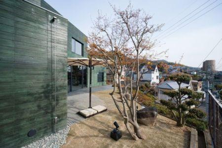 façade mini jardin - Ishikiri House par Sugawaradaisuke - Osaka, Japon