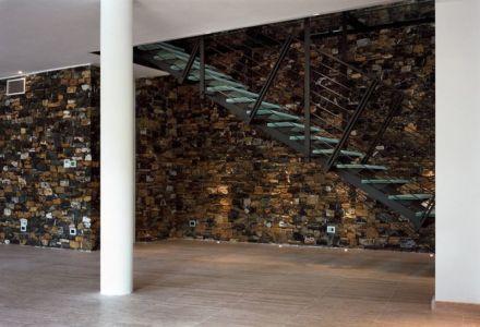 façade murale intérieure en pierres - Villa-Studiorossi par Studiorossi Secco - Crevo, Italie