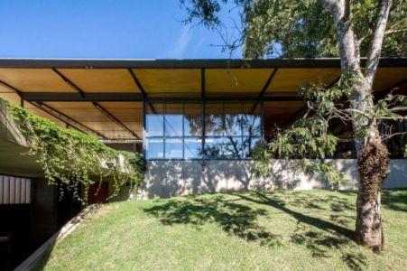 façade jardin végétalisée - Casa-Santo-Antonio par H+F Arquitetos - Santo Antônio, Brésil