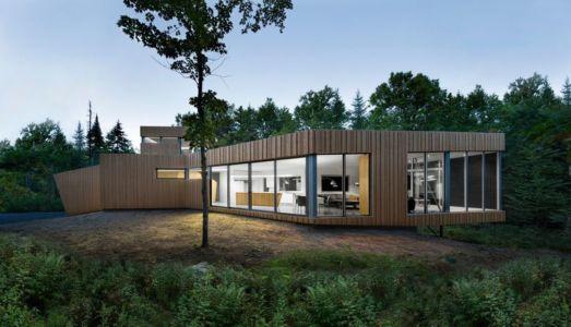 façade nuit - Maison du Lac Grenier par Paul Bernier Architecte - Estérel, Canada