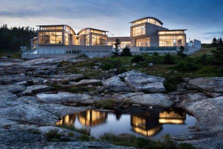 façade océan de nuit - Nova Scotia House par Alexander Gorlin Architects - Ketch Harbour, Nouvelle-Écosse, Canada