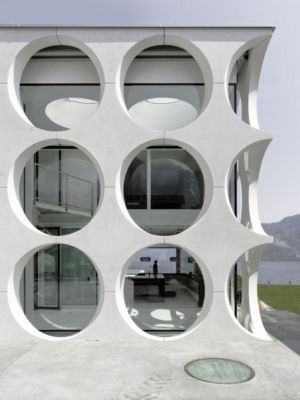 façade ouvertures circulaires - o-house par Philippe Stuebi - Lucerne, Suisse