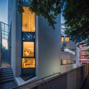 façade baies vitrées illuminées - Urban-Eco-House par Tecon Architects - Bucuresti Roumanie