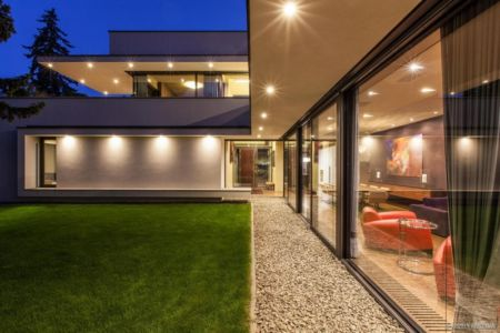 façade pièce de vie de nuit - Reviving Mies par Architéma - Buda Hills, Hongrie