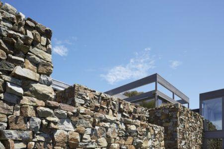 façade pierres - maison contemporaine en bois par B.E ARCHITECTURE, Flinders, Australie