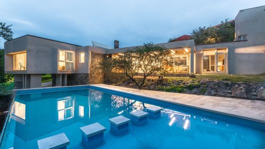 façade piscine - House in Q2 par Santiago Viale - Mendiolaza, Argentine