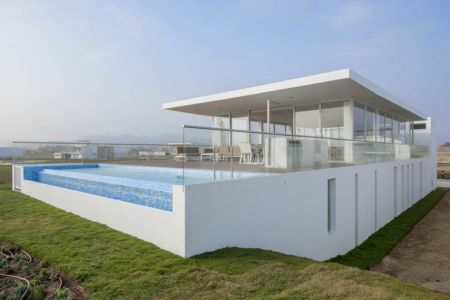 façade piscine - La Jolla Beach House II par Juan Carlos Doblado - Asia District, Pérou