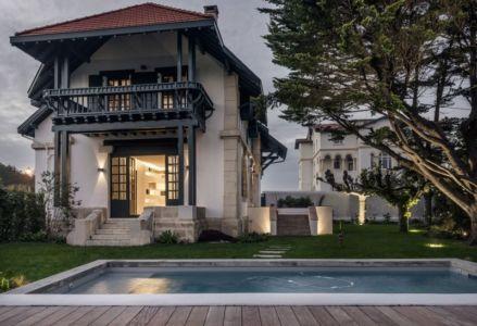 façade piscine - Rénovation maison typique par Atelier Delphine Carrère - Bidart, France