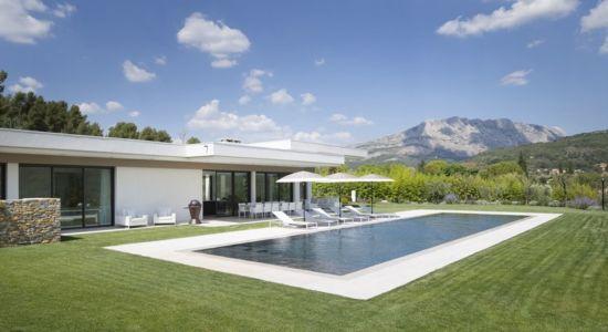 façade piscine - Villa Sainte-Victoire par Henri Paret Architecte avec Kawneer - Aix en Provence, France